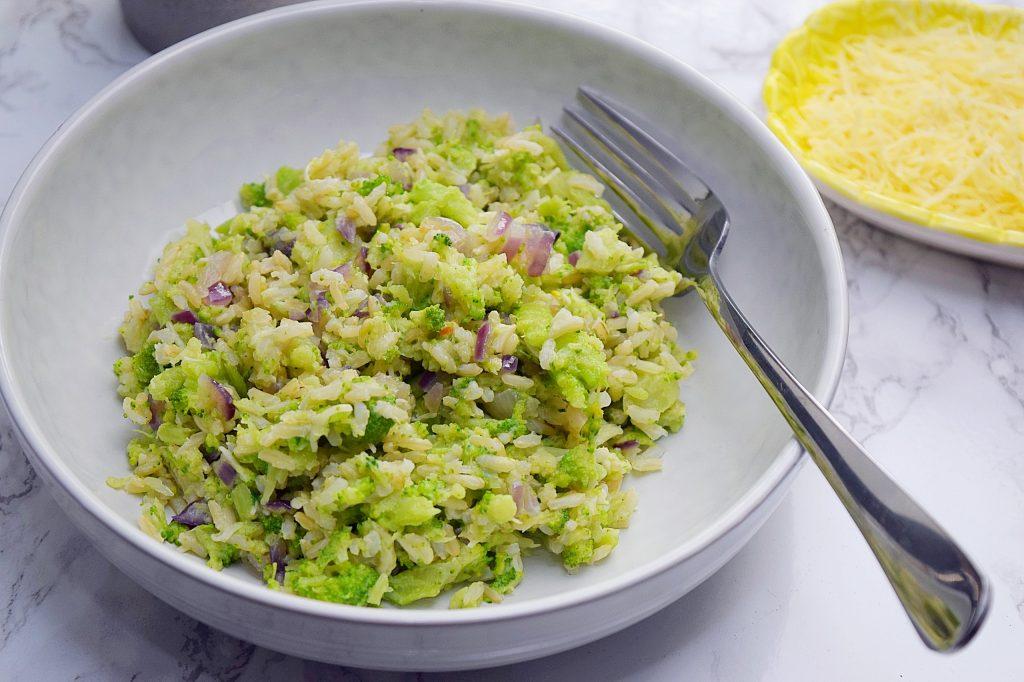 Rijst met gestampte broccoli en kaas