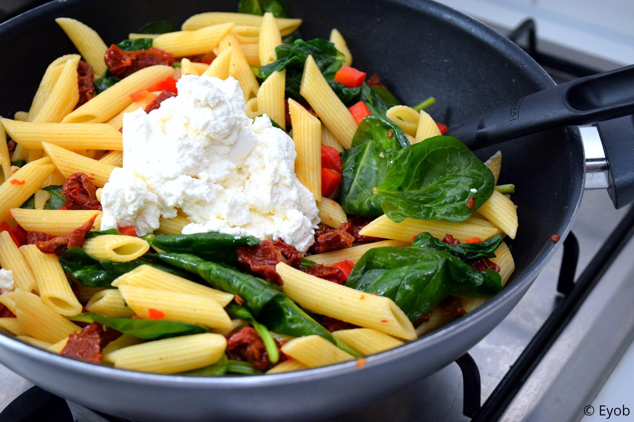 koude pastasalade met bladspinazie