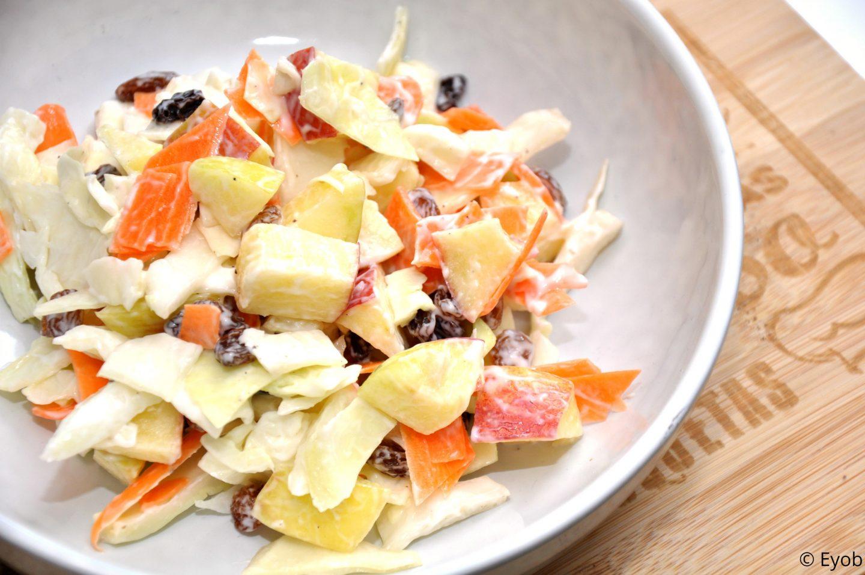 Koolsalade met rozijnen en druiven.