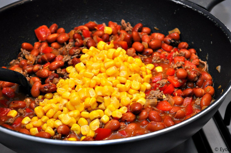 Wraps met chili con carne vulling en geraspte kaas