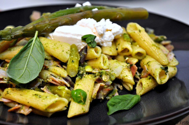 Groene pasta met asperges, ham en ricotta