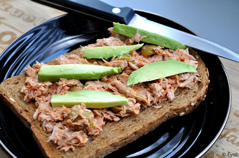 Geroosterd broodje met tonijnsalade, paprikapoeder en avocado