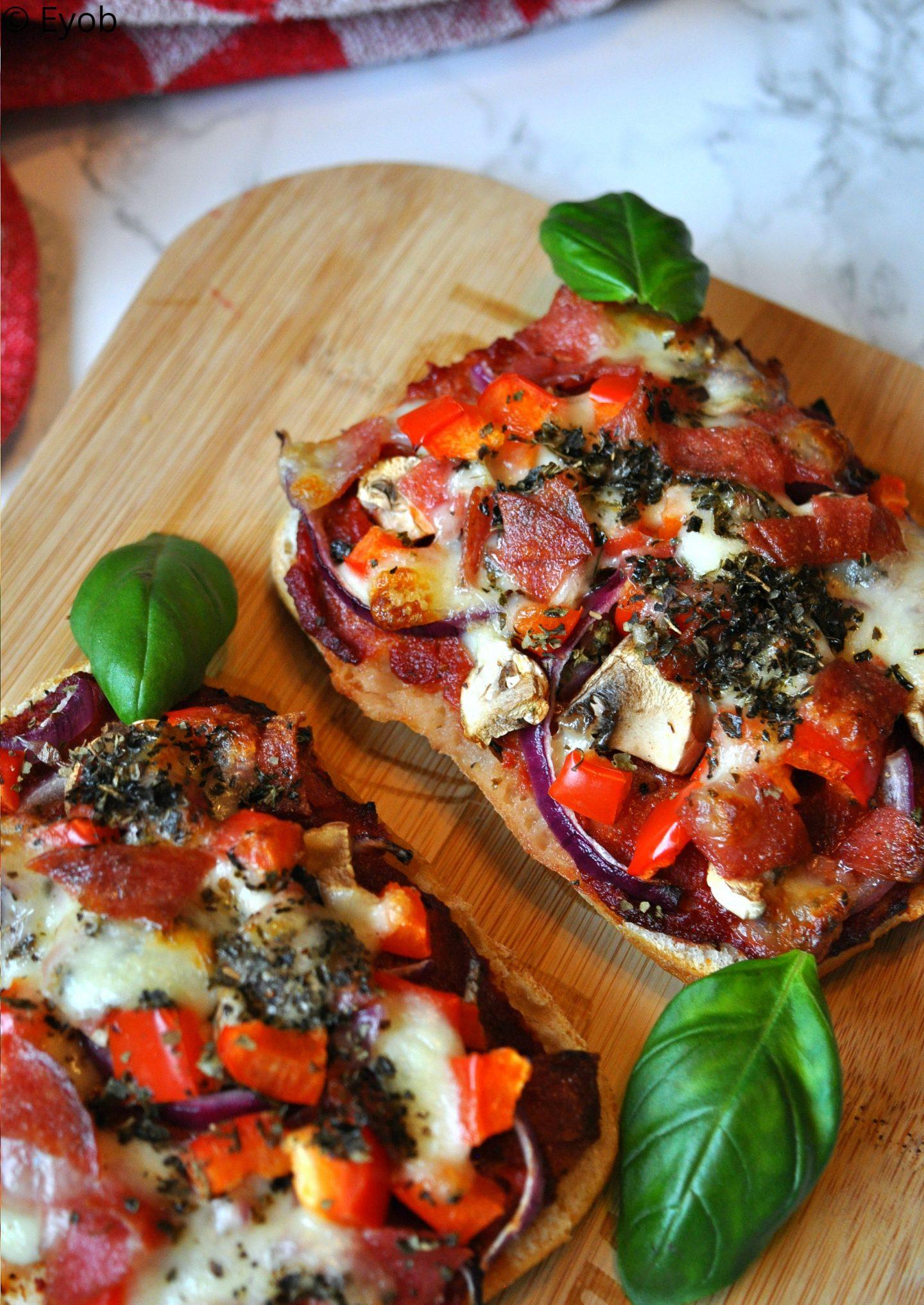Pizzabroodjes met salami en mozzarella